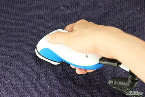 Dùng lăn bụi xử lý áo xù lông
